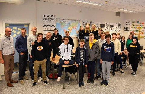 FORTALTE: F.v: Øyvind Risbakken, Gaute Freng, Roger Løberg, Marius Syversen og Hans Petter Rasmussen fortalte om sine hverdager i lokale bedrifter til elever ved niende trinn ved Brumunddal ungdomsskole.
