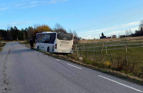 I GRØFTA: En buss havnet i grøfta i Løkendalsvegen torsdag ettermiddag.