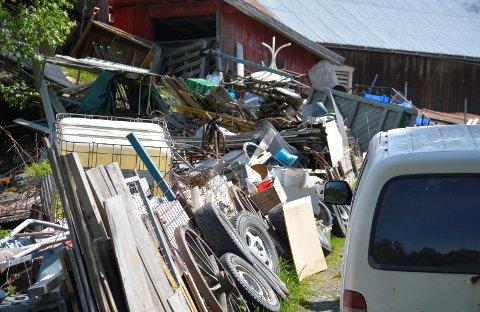 Fullt av søppel: Overalt på garden og rundt garden er det søppel, brask og rot.