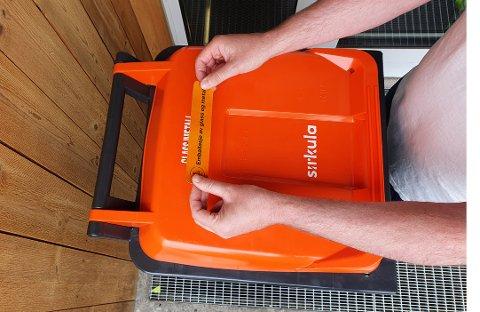 MÅ MERKES BEDRE: Sirkula ber befolkningen om hjelp til å merke om lokket på beholderen for glass- og metallemballasje.