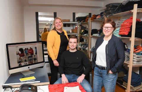 Salg på nett: Spor1 Moelv har startet nettbutikk.  - Vi har lenge ønsket oss en ny salgskanal, sier Guro Kristina Eikrem (t.v.), Andreas Eikrem og Ane Schjerpen.