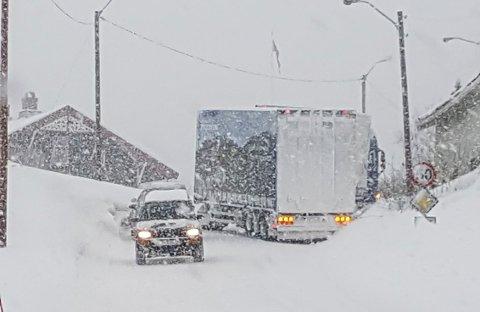 Jevnaker: Snøen skaper problemer i trafikken.