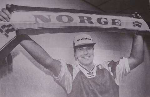 1993: Aage Thoresen gledet seg over svært fremtredende AKA-reklame da Norge kvalifiserte seg for fotball-VM borte mot Polen.