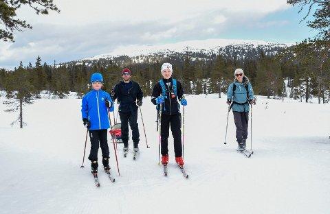 UT PÅ TUR: Sondre, pappa Lars Lindstøl, Håkon og mamma Marianne Endrerud på tur, med Petter i pulken. De synes det er godt å få et avbrekk i en korona-preget hverdag.