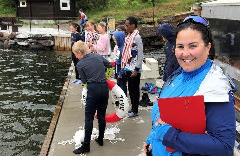 VIKTIG OPPLÆRING: – I hverdagen kan dette skje hvem som helst, sier lærer Sunniva Langesæter Bergerud på svømmetime i Steinsfjorden.