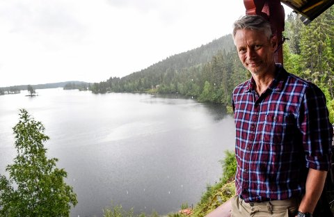 HYTTEIDYLL: Eivind Kloster-Jensen har idylliske omgivelser ved hytta på Øyangen. I det siste har idyllen blitt brutt av lavtflygende helikoptre.