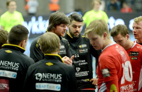 DRØYT: LTH-trener Stian Bjermeland (midten) likte dårlig at Elverum pådro seg fire røde kort - med vilje. (Foto: Anita Høiby Gotehus)
