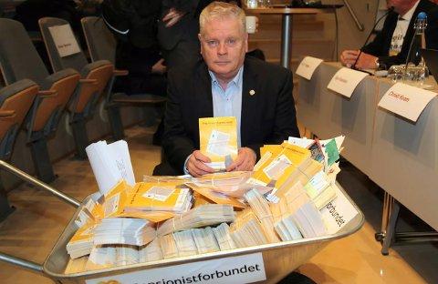 """Forbundsleder Jan Davidsen med noen av postkortene med signaturer for å få """"slippen"""" tilbake for pensjonister og uføretrygdede."""