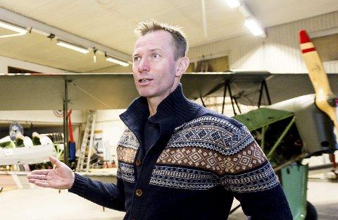 KJEMPER: Finn Terje Skyrud i Kjeller Flyhistoriske Kulturpark mener Kjeller må bevares, slik at fly som DH-60 Moth fortsatt kan fly på Romerike.