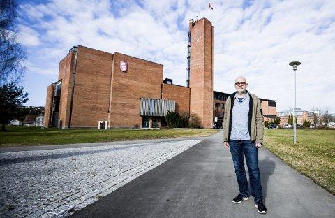 Kritisk til prosessen: Interiørarkitekt Espen Arnesen jobber til daglig med merkevarebygging, og reagerer på at fagfolk er oppfordret til å sende inn forslag til nytt kommunevåpen uten at det er avsatt penger til honorering. FOTO: LISBETH LUND ANDRESEN
