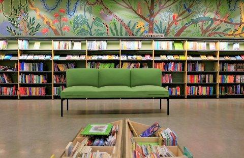 Vegg malt av illustratør og forfatter Nora Brech. Nye sofa, og bokkasser. Barneavdeling har blitt lesejungel.