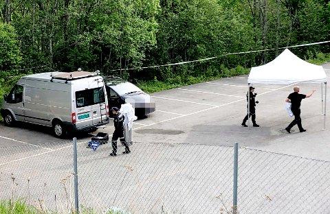 FUNNET DØD: Mannen i 30-årene ble funnet død i denne bilen tidlig torsdag morgen. Politiet mener han er drept, og en mann i 40-årene er siktet for å stå bak drapet.