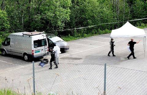 FUNNET DØD: Mannen i 30-årene ble funnet død i denne bilen tidlig torsdag morgen. Politiet mener han er drept, og en mann i 40-årene er siktet for å stå bak drapet. Foto: Christer Spaberg