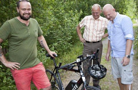 OVERRASKET: Mads Skønberg (t.v.) er overrasket over at det ikke er lov å sykle i skogen, men nå håper han og Frp-politikerne Trond Røed og Espen Hansen på en lovendring.Foto: Henning A. Jønholdt