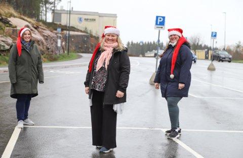 TRYGG GRUNN: Her på p-plassen til Røyken videregående skole skal Wenche Nylund (45), Ingvild Tørum (46) og Kaja Enersen (41) stå klare iført hansker og munnbind sammen med sine hjelpere for å ta i mot gavene som folk vil bidra med under årets gavedugnad God Jul Røyken/Hurum 8. desember.