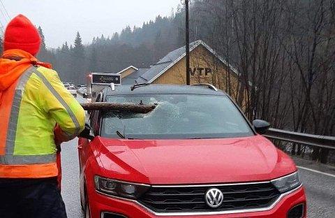 TORPEDERT: Thore Winje (67) og Aud Maivor Thomassen Winje (63) slapp fra det med skrekken etter å ha blitt torpedert av en trestokk på Røykenveien torsdag.