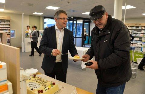 Nyåpning: Bror-Lennart Mentzoni serverte kake til sine kunder på åpningsdagen. Her er det Bjørn Lørendal som får seg et stykke bløtekake, selv om klokken bare var ni på morgenen.
