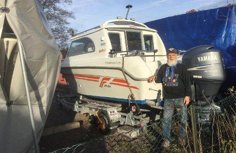 STJÅLET: Denne motoren ble stjålet natt til torsdag 7. november. Da var eieren, Dag Hogne Haugstad (bildet), bortreist. Båten var pakket inn i presenning da tyveriet skjedde.