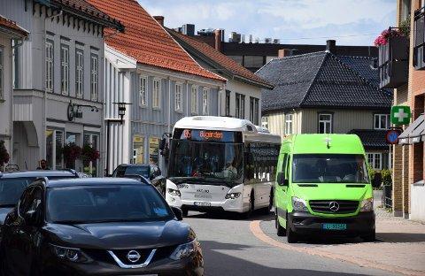KOLLEKTIVT: Det er ganske smalt i den enveiskjørte Torggata i Sandefjord sentrum. Bussen kommer likevel fram.
