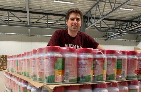 FLERE STILLINGER: Hans Kristian Furuseth (32), daglig leder ved Farmasiet, trenger alt fra logistikkmedarbeidere til kundeservice og farmasøyter. Pressefoto