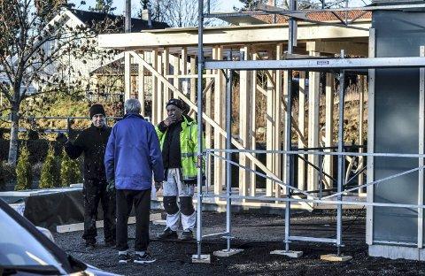 STANS: Magne Hjeltnes instruerer arbeiderne om å pakke sammen og legge presenning over bygget etter kommunens pålegg om øyeblikkelig stans i slutten av november.