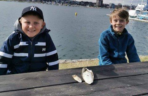BLEKKSPRUT: Tobias Nybo Ekeberg (9) og Halvor Gudahl Rosén (9) med blekksprutskjelettene de fant på turen til Folehavna tirsdag kveld.