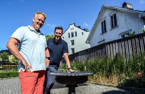 UTBYGGER: Knut Inge Anvik (t.v.) og Vegard Skårdal foran Skolegata 1, der Brunlanes Eiendom planlegger å oppføre et tre etasjes bygg med 11 mindre leiligheter. Drikkefontenen i Pausteparken skal bevares.