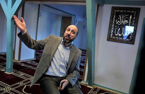 VELKOMMEN: Murshid Al Khaznawi, imam i den kurdiske moskeen i Sarpsborg, inviterer Kai Roger Hagen på besøk slik at han kan lære om islam.