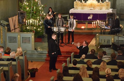 """IKKE BARE JUL: Tore """"Elvis"""" Kristiansen (foran, til høyre) dro i gang med """"Love me tender"""" av Elvis. Her under trompetsoloen til Kai Robert Johansen. Spilloppgjengen akkompagnerer i bakgrunnen."""
