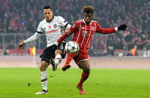 Besiktas venstreback Adriano, til venstre, og Bayern Münchens Kingsley Coman i kamp om ballen i fjorårets 16-dels finale i Champions League. Adriano har pådratt seg en kneskade og spiller ikke kveldens kamp mot Sarpsborg 08.