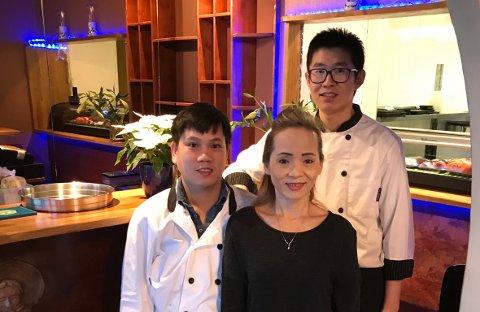 Ky Phantrong (til venstre) er eier og kokk, Nu Nguyen hjelper til under oppstart og har ansvaret for blant annet HMS og Erik Shen. Shen drev restauranten sist og er med videre som kokk.