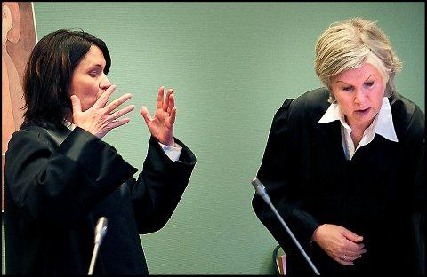 Politiadvokat Lise Rasmussen Winther (t.h.) la ned påstand om fem måneders fengsel for den tidligere læreren som er tiltalt for å ha misbrukt sin stilling for å ha sex med en 18 år gammel elev ved skolen han jobbet på for to år siden. Den fornærmede jentas bistandsadvokat, Ane Sofie Tømmerås, krever at eks-læreren skal dømmes til å betale hennes klient flere hundre tusen kroner i erstatning.