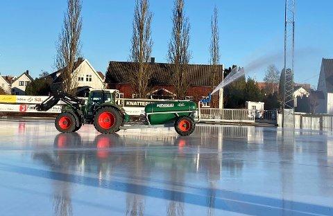 BANEN BLIR KLAR: Sarpsborg Bandyklubb kan spille sesongens første hjemmekamp i kveld. Motstander er Høvik. Hele fredag er det blitt kjørt på masse vann for å bygge is.