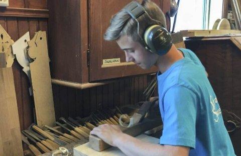 SNEKRER: Tobias Gravdahls største ønske er å bli møbelsnekker.