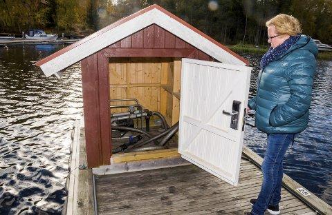 STENGT: Hytteeier Britt Wang ved tømmeanlegget for båter på bryggeanlegget på Østre Otteid. Hittil i år har det vært stengt på grunn av tekniske problemer, nå skal det på nytt åpnes for båtfolket. ARKIVFOTO