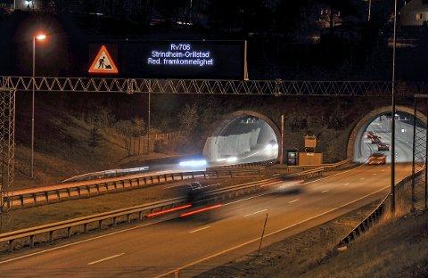 SKILT SOM DETTE: Trafikk ved Grillstadtunnelen på E6 i Trondheim. Friteksttavle varsler trafikantene om vegarbeid lenger framme. Styres fra VTS, vegtrafikksentralen