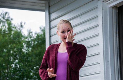 OVERRASKET: Siv Lillian Granberg (28) ble tatt på senga da Askim Pike og Guttekorps marsjerte inn på gårdsplassen for å feire at hun og familen vant konkurransen om Norges styggeste dør.