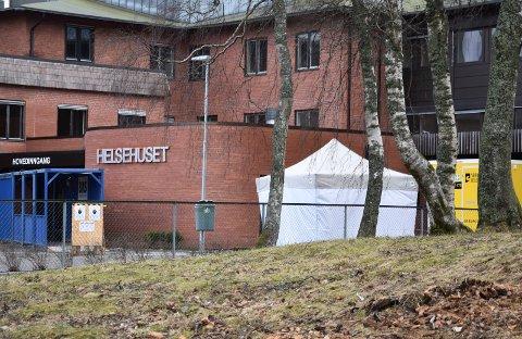 Koronateltet: I løpet av to uker er 119 personer testet for Korona. Legevakten har satt opp et telt utenfor for at personer med mistanke om smitte ikke skal gå inn på legevakten og helsehuset.