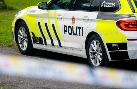 Oslo 20200826.  De tre luftbårne hytteturistene ble møtt av politiet etter landing i Rakkestad.