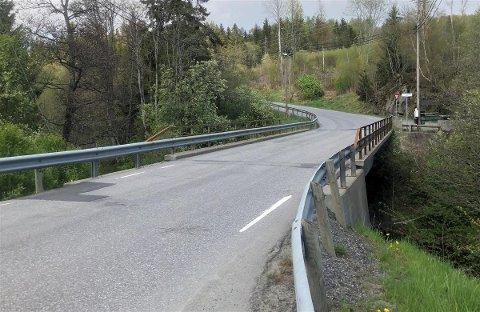 Brødholt bru skal vedlikeholdes. Derfor blir veien stengt i hele sommerferien.