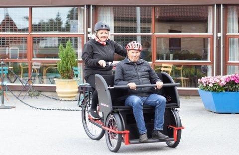 Aktivitets- og frivilligkoordinator Nicole Götze Wathne tar med seg Alf Østbø på sykkeltur.