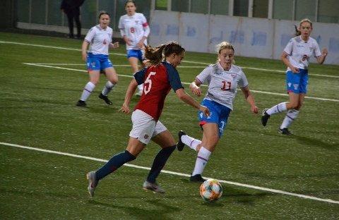 LANDSLAGSSPELAR: Her er Selma Løvås i aksjon for landslaget mot Færøyene. Fredag spelte ho cupfinale for Viking og slo Strindheim 4-0.