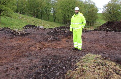 Prosjektleder og arkeolog Krister Scheie Eilertsen er spent på innholdet i røysa foran seg på garden Auklend ved Tau.