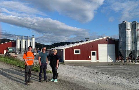 """Tor Berg og Bente Grønn Berg har 42.000 kyllinger i to store fjøs. Det bakerste kyllingfjøset er dobbelt så stort som det fremste, som er """"bare"""" 1.000 m2. Sønnen deres Magnus, skal gradvis ta over kyllingproduksjonen - og firmaet Berg Maskin, som Tor også driver."""
