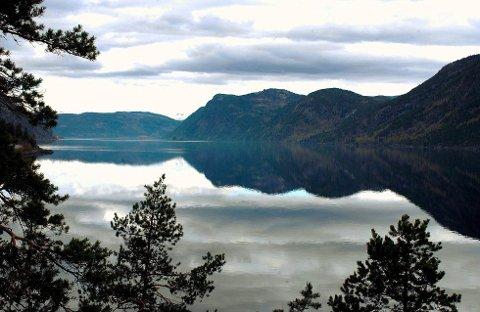 Tinnsjøen er i dag nesten full som følge av at regulanten økte vannstanden slik at dampferja Ammonia kunne komme på dokk. Dermed har man også gitt fra seg en viktig buffer i flomdempingen. (Foto: Øyvind Bergestig)