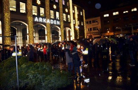 BLE HØRT: Mandag kveld viste folk sin motstand mot rådmannens kuttforslag som rammet miljøterapeutene i skiensskolene, tirsdag ble de bønnhørt.