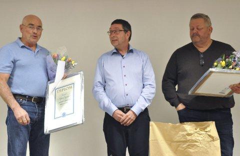 HEDER: Leder Ole Henning Skogen (midten) utnevnte Øystein Ruud og Helge Helgesen til Æresmedlemmer av Notodden Jeger- og Fiskeforening.