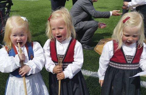 12a12911 LEKER: Både store og små gledet seg med leker, her tar Nora og Sofie