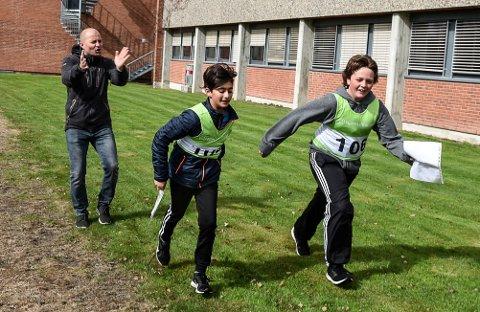 Rektor Glenn Svarstad pusher fram elevene Ole Morten Endrerud (t.v) og Adrian Baktiari