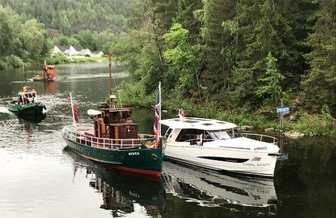 MARKERING: Båtkortesjen, som markerer 160-årsjubileet til Norsjø-Skien-kanalen, ankom Løveid sluser ved 19.30-tiden mandag kveld.